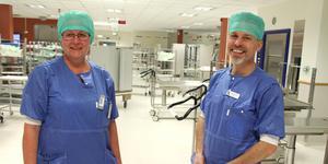 Marina Brinnen och Magnus Möllebo vid sterilcentralen på Gävle sjukhus är glada åt att  kunna hjälpa Karolinska med rengöring av operationsinstrument.