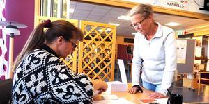 Valansvarige Kickan Pålsson tog första passet som röstmottagare i Sveg, när Catarina Månsson röstade.