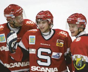 Robert Döme gratuleras av Peter Popovic och Juha Lind efter sitt hattrick i debuten för SSK, en 5–2-seger mot HV71.