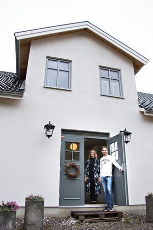 Vackra pardörrar med överfönster välkomnar in till  villan i Hille. Ett hus som Karolina och Marcus vill ska smälta in i den gamla bebyggelsen och se ut som att det alltid stått där.