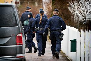 En ung man sitter nu anhållen, misstänkt för grovt vapenbrott efter polisens tillslag under onsdagen.