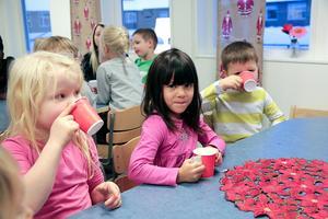 Emelina Fogelkvist, Johanna Niininen och Levi Bredenberg var med och festade när nya förskolan invigdes.
