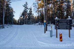 Sedan i onsdags finns det spår för skidåkning på Hällmyra i Söderhamn.