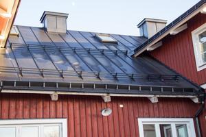 Hela huset har falsat plåttak. Allt arbete och design är utfört av Roger och Daniel Nilssons plåtfirma Rodab Plåtslageri AB. Roger och Daniel Nilsson är även delägare i Tidernas Hus i Ockelbo AB.