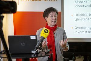 Agneta Claesson, informatör på pensionsmyndigheten vill få fler att intressera sig för pensionssparande. Bild: Helena Landstedt/TT