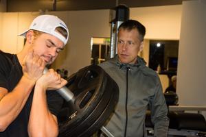 Fystränare Joakim Bäckström håller koll på tungt lyftande Kalle Jellvert.