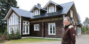 Eya Le Wartie utanför huset där hon bott i 25 år. Men när hon flyttade dit var huset betydligt mindre.