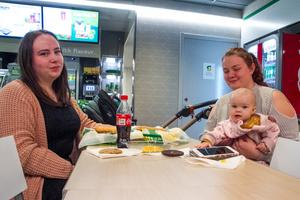 En matpaus blev det för Maria Ehnebom, tillsammans med Emma Svensk med dottern Alice Söderberg på tjejkvällen.