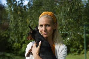 """I famnen har Josefin Sandström fyraåriga """"terapihunden"""" Stella. Genom henne får Josefin anledning att ta sig ut om dagarna."""
