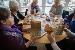 LT låter Anita Andersson, Inga Jansson, Bibbi Andersson och Gun Stenborg titta närmare på det som kan bli Södertäljebornas nya matavfallspåse. Lena Jansson och Maria Leskinen sitter till höger, delvis utanför bild.