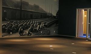 Nu är den färdig att inredas. Med lokalt motiv på väggen för inspiration och eluttag i golvet för att driva maskineriet.