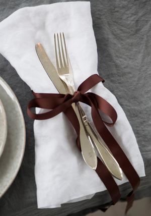 Enkla band runt servetter och bestick blir en fin dekoration, och är enkelt att göra med sånt man hittar hemma.Foto: Fredrik Sandberg / TT