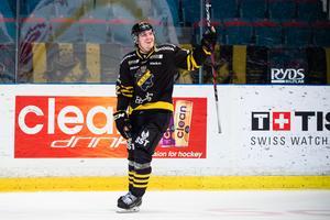 En vanlig syn den gångna säsongen – Max Lindholm jublar efter att ha gjort mål för AIK. Nu går flyttlasset till Örebro. Bild: Dennis Ylikangas/Bildbyrån