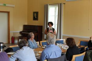 Bibliotekarien Maria Anderhagen kom med tips på litteratur för de med nedsatt syn.