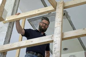 Efter den turbulenta starten i höstas flyter renoveringsarbetet på bra i Regnbågen, meddelar arbetsledare Patrik Moberg.  Det som haltar är dokumentationen, men det väntas en platschef ta hand om snart.