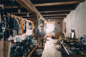 Huset på 300 kvadratmeter är fullt med loppis-prylar. Foto:  Fastighetsbyrån Fagersta