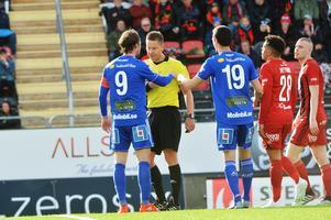 Linus Hallenius diskuterar sitt bortdömda mål i bortamatchen mot ÖFK med domare Martin Strömbergsson. Pol Moreno knoppade fram bollen till GIF-kaptenen efter en vänsterhörna i första halvlek.