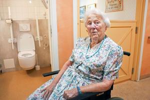 Inga  Pettersson, 96, uppskattar den intelligenta toaletten på Ovansjögården i Kungsgården.