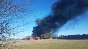 Flera brandmän jobbade med släckningsarbetet av de eldhärjade byggnaderna i Tidavad norr om Skövde under lördagen. Ingen person skadades.