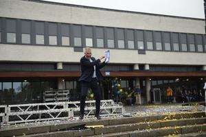 Religionläraren och dagens konfrencier Ulf Edström, tog chansen att dansa loss inför studenternas alla föräldrar och Sundsvalls tidnings livesändning.