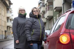 Frida Wirgell och Karin Svanström är två av Gävles kronoinspektörer. De åker alltid två personer när de ska åka hem till någon för att göra en utmätning hos någon vars skuld hamnat hos Kronofogden.