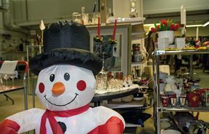 Att det snart är jul märks i Röda Korsets butik i Nynäshamn.