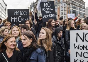 Många kvinnor samlades på gatorna för protest istället för att gå till jobbet den tredje oktober 2016. Arkivbild.