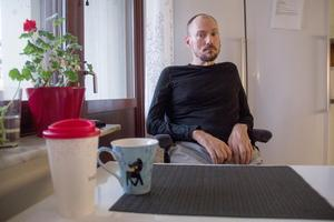 Magnus Larsson har hjälp av assistenter för att kunna klara vardagen. ALS har gjort honom för svag för att klara sig själv.