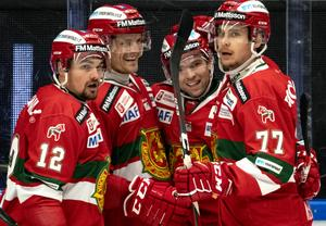 Spencer Abbott gratuleras efter sitt mål mot Färjestad. Foto: Ulf Palm/TT