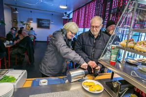 """Margit och Sten Lif från Tåsjö tog sig en fika sedan Sten varit på återbesök på Backe hälsocentral där han listat sig. """"Vi far inte hit utan att fika"""", sa Margit. """"Håll dig lugn"""", skrattade en tidigare arbetskamrat inom det som förr hette Vägverket när han gick förbi Sten."""