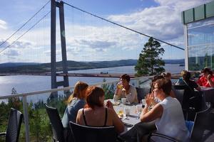 Fika och beundran över Högakustenbron.