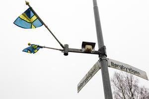 På en lyktstolpe vars fäste och flaggor blivit kvar kan man se hur fästena ser ut.