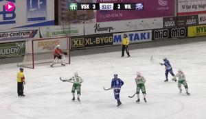 Villas David Karlsson sätter dit avgörande 4–3 på straff i den 94:e matchminuten. Bild: Bandyplay.se.