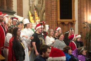 Kören tar i från tårna och sjunger julsånger tillsammans.