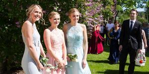 Ebba Stolpe, Tova Otterskog och Hannah Hermansson ville bli fotograferade tillsammans. Hannah och Ebba hade fixat naglarna på samma salong och hoppades att de ska vara fina i två veckor till, då de tar studenten.