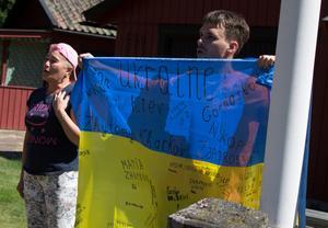 När barnen åker hem så hissar de ned den ukrainska flaggan och sjunger nationalsången.