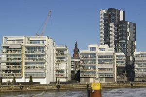 ASEA-tornet anas bakom de nyare bostadshusen vid Mälaren.