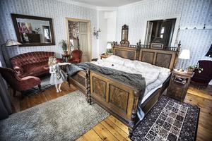 Mitt på golvet i sovrummet på övervåningen står en dubbel dubbelsäng. På verandan vid fotändan ser man nästan till Strömsund.