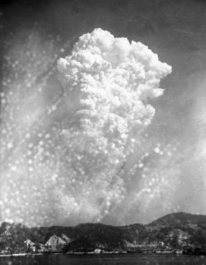 Svampmolnet som steg över Hiroshima sedan atombomben fällts på morgonen den 6 augusti 1945. Foto: AP Photo