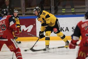 Jonas Liwing har gjort 22 poäng på 42 matcher den här säsongen. Förra säsongen i Södertälje gjorde han 23 poäng på 48 matcher. Nu är frågan om backen blir kvar ett år till i Gulsvart?