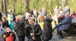 Ett 80-tal personer kom till skogsgläntan, när det arrangerades höstpromenad i Lugnvik. Foto: Janeric Augustsson