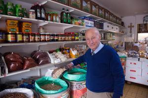 Jakob Samoiel i sin butik i Geneta där han säljer råvaror från Mellanöstern.  Bild: Nathalie Barmyr