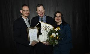 Årets företagare för ett år sedan blev Leif Lundgren, Örnalp Unozon AB. Priset delades ut av Eva-karin Öhman och tidigare vinnaren Stefan Grundström. Bild: Arkiv