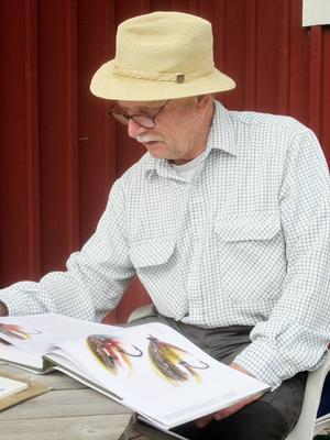 Konstnären Thommy Gustafsson under ett av sina besök i Långå