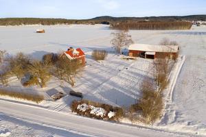 I Österby hittar vi detta fristående 1,5-planshus från 1928. Till fastigheten hör en 3715 kvadratmeter stor tomt. Foto: Patrik Persson, Hedemora.