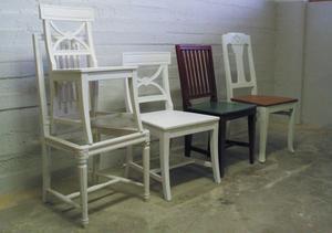 Många vackra stolar i olika stil, stora som små, tillverkas i Johan Dahlgrens möbelsnickeri.