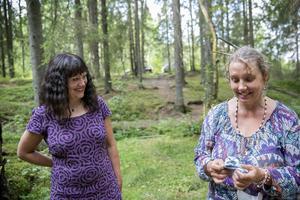 Lillemor Lunde Kjellin, till höger, arbetar vanligtvis med skulptur. Hon är van vid att ta på sina konstverk och därför kommer en trasa väl till pass när hon målar i olja. Intill står Karin Perers, Avesta Art Academy.