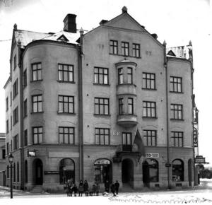 UNDER TAKÅSEN. De unga konstnärerna hade sin ateljé högst upp i KFUM-huset vid Brynäsgatan 8.