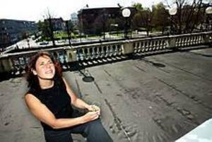 Foto: GUN WIGH Drömmen om en punschveranda. Här på gamla Grands balkong skulle punschglaset från 1901 passa. Men då måste balkongen få en dörr först för Patricia Kronbäck och fotografen fick ta fönstervägen ut.
