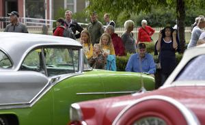 Unga och äldre och glänsande entusiastbilar.